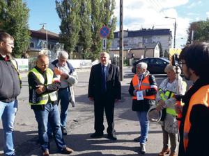 ikieta geodetów przed starostwem w Otwocku zorganizowana 8 października 2018 r. Doprotestujących wyszedł sekretarz powiatu Zbigniew Rak