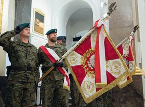 Poczty sztandarowe jednostek podległych Szefostwu Rozpoznania Geoprzestrzennego podczas mszy św. w Katedrze Polowej Wojska Polskiego
