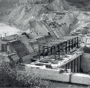 Zapora wodna w Solinie w trakcie budowy - widoczne sekcje (jako oddzielne bloki), w środkowej części rysunku - konstrukcja hali maszyn, poprawej u dołu - niecka wypadowa