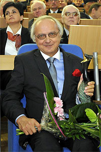 "Prof. Galas ze statuetką ""Sapere auso"" <br /> fot. Tomasz Lewandowski"