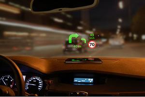 Wskazówki nawigacyjne na szybie samochodu