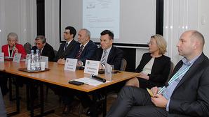 Debata w Ryni: zmieniajmy Pgik, ale nie piszmy od nowa <br /> Od lewej: L. Pietrzak, Z. Marzec, R. Rachwał, D. Pręgowski, K. Mączewski. M. Durzyńska oraz M. Puzia