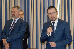 Prawo kontra innowacyjność <br /> Od lewej: Waldemar Izdebski i Zbigniew Malinowski (Geo-System) oraz Bartłomiej Stecki (MIB)