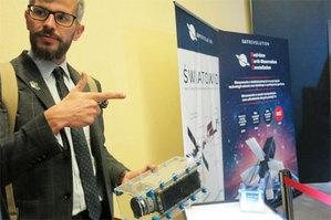 Wrocław chce korzystać z wrocławskich nanosatelitów <br /> Prezes SatRevolution Grzegorz Zwoliński trzyma w ręku model Światowida (fot. Jarek Ratajczak)