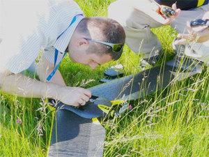 Bezzałogowy system UWr wspomoże akcje ratunkowe <br /> Profesor Niedzielski podczas testów terenowych z wykorzystaniem drona (fot. Jan Krupski)