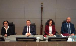 Szefowa PODGiK pokieruje sejmikiem województwa <br /> Małgorzata Waszak - druga z prawej (fot. UMWW)