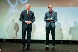 Prezydent Lublina nagradza GIS Support <br /> Paweł Gajewski z GIS Support odbiera nagrodę z rąk prezydenta Lublina (fot. UM Lublin)