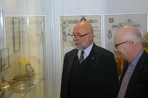 Pamiątki związane z historią PW teraz także w Gmachu Głównym <br /> Od lewej: JMR PW prof. Jan Szmidt i dyrektor Muzeum PW dr Andrzej Ulmer