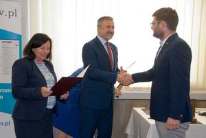 Wręczono nagrody w konkursie na aplikację wykorzystującą usługi KIEG i ULDK <br /> Nagrodę odbiera Michał Drożdż z firmy GIS Support