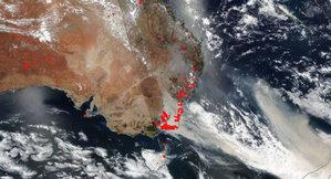 Australia w ogniu z perspektywy satelitów <br /> Południowo-wschodnie wybrzeże Australii 1 stycznia 2020 r. (źródło: NASA)