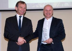 Znamy zwycięzców plebiscytu GeoAzymuty 2019  <br /> Zwycięzca w kategorii GeoAutorytety Dariusz Gotlib (z prawej) wraz z prezesem SGP Januszem Walo