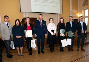Laureaci konkursu na najlepsze prace dyplomowe nagrodzeni <br /> Laureaci konkursu w kategorii prac magisterskich z przewodniczącym jury i fundatorami nagród