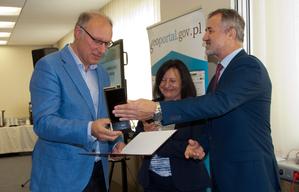 Wręczono nagrody w konkursie na aplikację wykorzystującą usługi KIEG i ULDK <br /> Nagrodę odbiera Jerzy Biegalski z firmy Softline Plus
