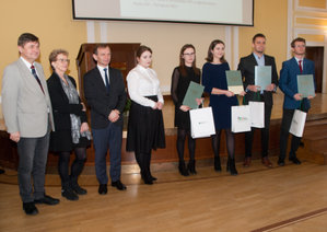 Laureaci konkursu na najlepsze prace dyplomowe nagrodzeni <br /> Laureaci konkursu w kategorii prac inżynierskich z przewodniczącym jury i fundatorami nagród