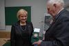 <b class=pic_title>Jubileusz 85-lecia prof. Zbigniewa Sitka</b> <br /> <br /> <b class=pic_description>Elżbieta Biel, prezes krakowskiego oddziału SGP, wręcza jubilatowi medal Amigo Societas</b> <br /> <br /> <b class=pic_author>fot.  fot. Andrzej Wróbel i Andrzej Kmieciński</b><br /> <br />