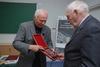 <b class=pic_title>Jubileusz 85-lecia prof. Zbigniewa Sitka</b> <br /> <br /> <b class=pic_description>Gratulacje i pamiątkowy medal wręcza prof. Romuald Kaczyński z Wojskowej Akademii Technicznej</b> <br /> <br /> <b class=pic_author>fot.  fot. Andrzej Wróbel i Andrzej Kmieciński</b><br /> <br />