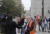 <b class=pic_title>Pikieta geodetów pod Sejmem</b> <br /> <br /> <b class=pic_description>Leszek Piszczek, współorganizator protestu, udziela wywiadu reporterce TVN24</b> <br /> <br /> <b class=pic_author>fot.  JK</b><br /> <br />