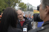 <b class=pic_title>Pikieta geodetów pod Sejmem</b> <br /> <br /> <b class=pic_description>Radosław Smyk, współorganizator protestu, udziela wywiadu reporterce TVN24</b> <br /> <br /> <b class=pic_author>fot.  JK</b><br /> <br />