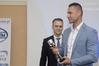 <b class=pic_title>Nowoczesne technologie w prowadzeniu PODGiK</b> <br /> <br /> <b class=pic_description>Geodeta Cezary Urbanowicz odbiera nagrodę za zgłoszenie drogą internetową największej liczby prac w 2015 r.</b> <br /> <br /> <b class=pic_author>fot.  Jerzy Królikowski</b><br /> <br />