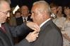 <b class=pic_title>Złoty Medal za Długoletnią Służbę dla Mieczysława Muchy pracownika obsługi szkoły wręcza Maciej Klimczak, podsekretarz w Kancelarii Prezydenta RP </b> <br /> <br /> <b class=pic_author>fot.  JP</b><br /> <br />