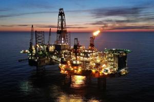 """W kopalni na pełnym morzu <br /> Platformy """"Lotos Petrobaltic"""" i """"Petrobaltic"""" (fot. LOTOS Petrobaltic)"""