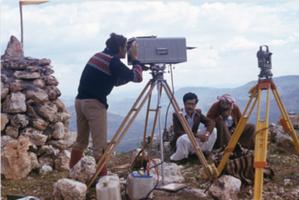 """Jak Polacy zakładali osnowę w Kurdystanie <br /> Ludomir Konstanty """"Antek"""" na głównym punkcie pomiarowym w rejonie Mosulu podczas pomiaru dalmierzem laserowym Geodimetr Aga 8 (fot. ze zbiorów A. Biernacika)"""