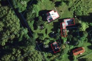Budynku lepiej nie dzielić <br /> Budynek o nr 717 położony jest na dwóch działkach (fot. Geoportal.gov.pl)