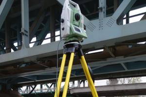 Pod kontrolą tachimetru <br /> Testowany mobilny system do monitoringu przemieszczeń przed Kolejowym Mostem Gdańskim w Warszawie