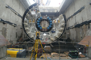 Przewiert kontrolowany, czyli geodezyjna obsługa tunelu pod Świną <br /> Kontrola montażu maszyny TBM w komorze startowej (fot. KA-RO)