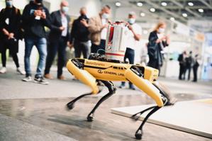 Intergeo 2021. Będzie robota dla robota? <br /> W tym roku uwagę zwiedzających najskuteczniej przyciągały autonomiczne czworonożne roboty pomiarowe. W swojej ofercie mają je choćby firmy Faro, Trimble czy Leica (fot. Hinte GmbH)